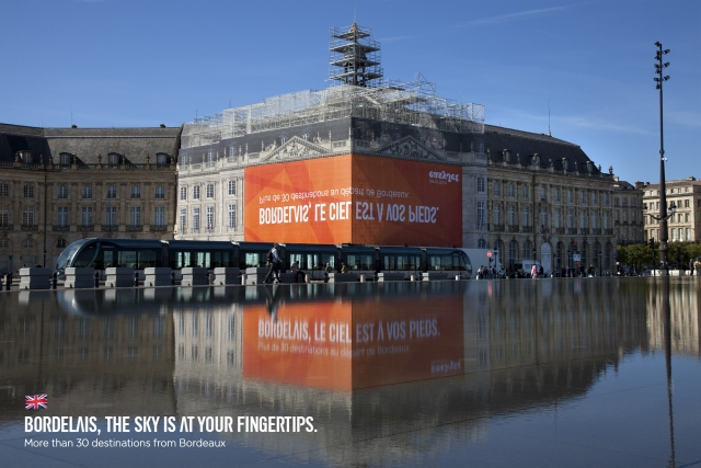easyJet: A carefully reflected billboard 1